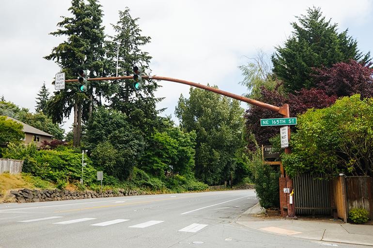 照片显示 SR 522 与第 165 大街东北侧在湖林公园交汇。